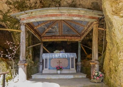 grotta pano altare